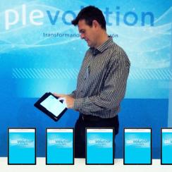 Alex Jauregui presentando la Plataforma Ameca en un iPad